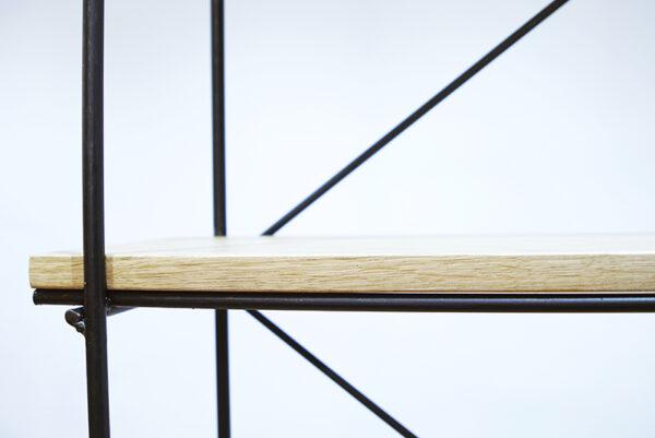 Estantería de madera y hierro